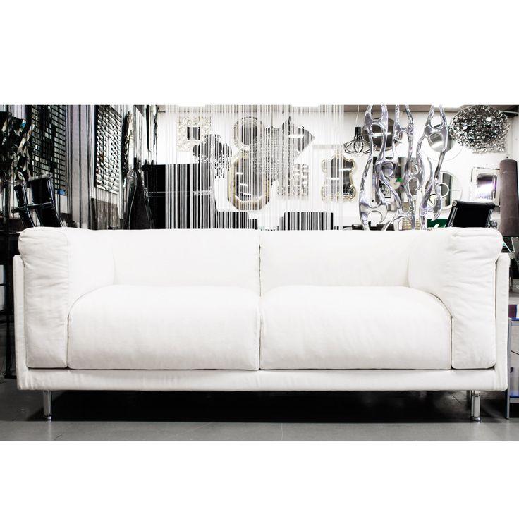 Divano in tessuto bianco, design moderno e linea squadrata.