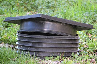 Ecocentury | Pozos sépticos | Una de las mejores cosas que puedes hacer es instalar tubos verticales para traer la tapa a la superficie.