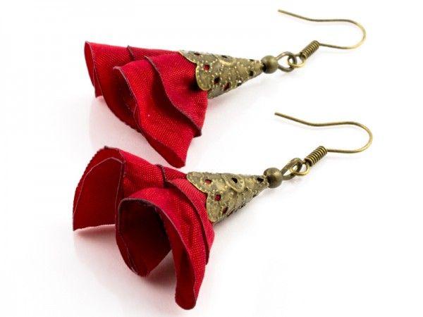 Bardzo lekkie i kobiece kolczyki z serii 'Silk' wykonane z jedwabiu w kolorze czerwonym oraz element...