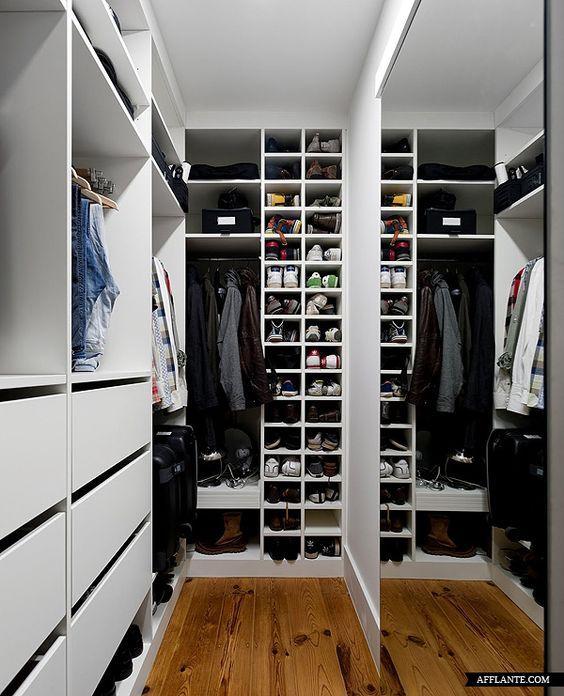 Kamar di apartment Gavrel yang dialih fungsikan jadi walk in closet. Mulai dari baju, perlengkapan basket, sampai hadiah dari fans disimpan di sini.