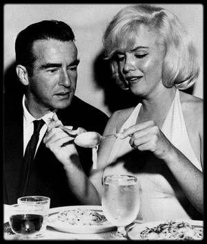 """16 Octobre 1960 / Le soir ayant précédé le dernier jour de tournage des """"Désaxés"""" sur place (au Nevada), John HUSTON offre une fête d'anniversaire commune à Montgomery CLIFT et Arthur MILLER (tout deux nés un 17 octobre) dans un restaurant du """"Fairmont Hotel"""", à North Beach, à San Francisco. La soirée est joyeuse car elle marque le soulagement de la fin du tournage."""