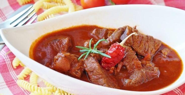 Mäso si zvyčajne vyžaduje dlhšiu prípravu, no tento recept zvládnu aj začiatočníci. Paprikáš patrí k najčastejšie pripravovaným jedlám. Hodí sa k nemu knedľa, cestoviny, ale aj ryža, či zemiaky. Pripraviť ho môžete z akéhokoľvek druhu mäsa. Dnes si pripravíme bravčový, pretože u každého sa kúsok bravčoviny nájde, či už v chladničke alebo v mrazničke. Budeme