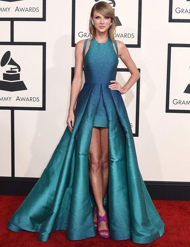 Taylor Swift deslumbró con este vestido tail hem con detalles cut out en el escote halter en color azul verdoso metalizado de Elie Saab Primavera 2015. Sus sandalias moradas creaban un bonito contraste. Grammy 2015