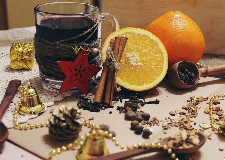 Пряный глинтвейн с цитрусовым ароматом. Красное полусухое или сухое вино — 750 мл (одна бутылка)  Апельсин — 1 шт  Корица — 2 палочки  Гвоздика — 5-7 соцветий  Кардамон — 5 коробочек  Душистый перец — 5 горошин  Изюм — треть стакана  Сахар или мёд — треть стакана
