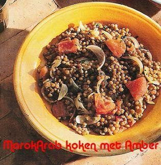 Dit heb je nodig 500 gram linzen2 tomaten2 uien1 bosje platte peterselie theeglas zonnenbloemolie1 dessertlepel zout1 dessertlepel zwarte peper.