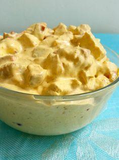 4 portioner Röra: 3 st stora kycklingfiléer (ca 650 g) 3 dl cremé fraiche (valfri fetthalt) 2 dl majonäs 1 röd paprika, finhackad 0,5 dl finhackad rödlök eller purjolök 2 tsk curry 0,5 tsk paprika pulver 3/4 tsk gurkmeja (för den fina gula färgens skull) Salt & peppar efter smak (gärna örtsalt) Krydda till grillad kyckling: 1,5 tsk grillkrydda 1 tsk curry 3/4 tsk gurkmeja 1 tsk paprikapulver Salt & peppar på bakad potatis, wrap eller baguette!