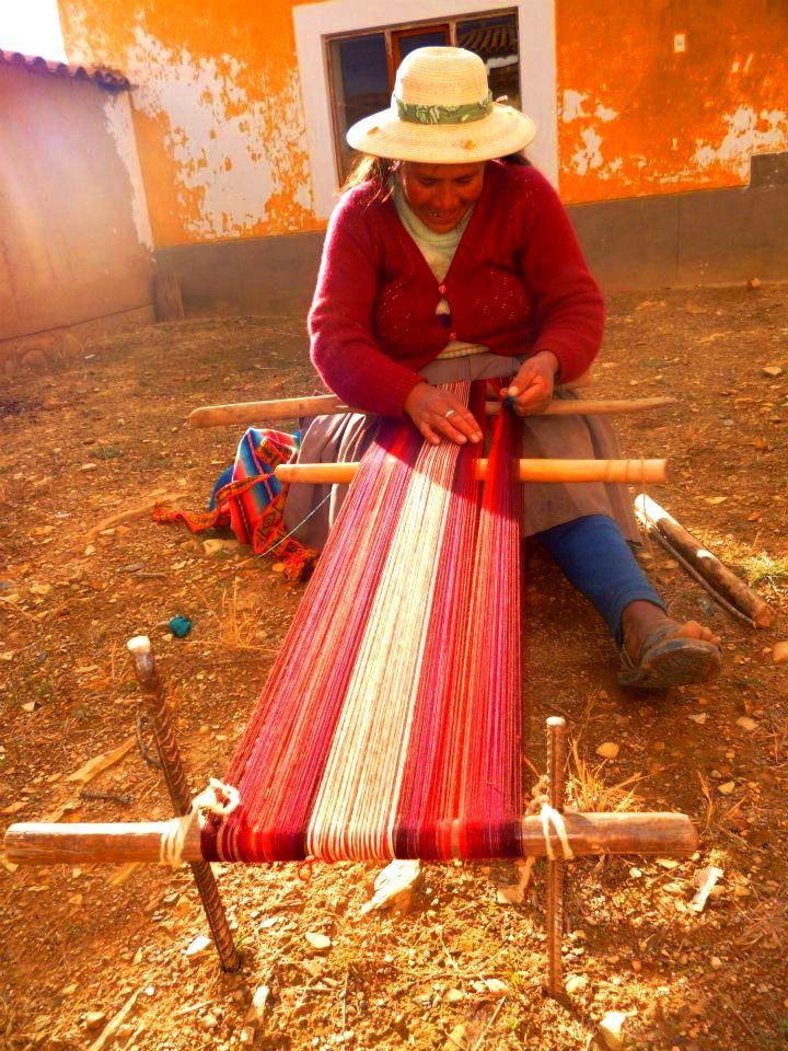 tejedora y su telar de estacas en Ocongate Cusco. Ahora también usan varas de fierro en vez de estacas.