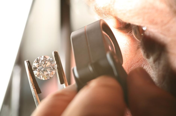 Our expert verifying the clarity of our diamonds – Discover more on www.backesandstrauss.com