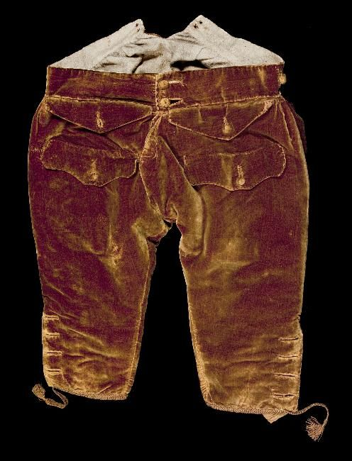 Breeches, 3-piece suit, 1730-1740. Brown silk velvet embroidered with floral motifs and large leaves in metal thread, silk lining; long-sleeved waistcoat: pale pink silk brocaded with silver thread.