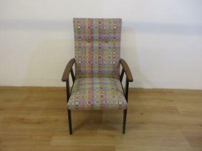 Vintage fauteuil met teakhoutenframe en geblokte stof. Diepte 48cm, breedte 63cm, hoogte 44cm. (22)