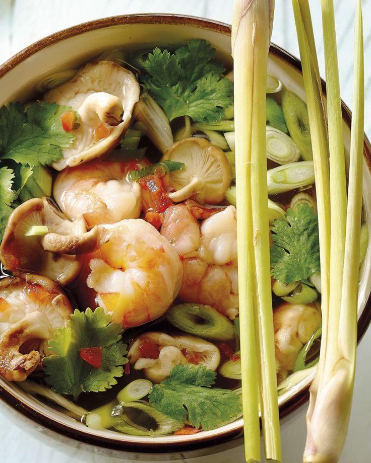 Probeer deze heerlijke pittige Thaise bouillon, bomvol smaak. Met o.a.a lekker grote tijgergarnalen, fris citroengras en chili. Een heerlijk Thais soepje!