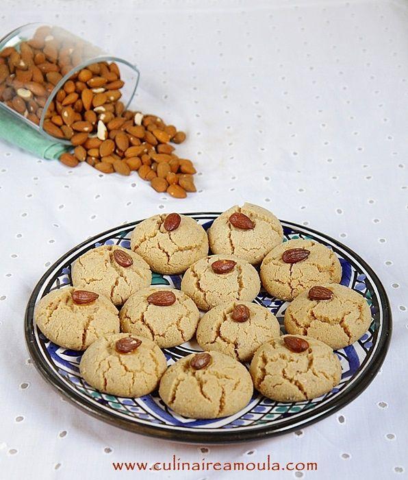Assalamo Alaykom, Bonjour à tous, * Ingrédients: - 500g de farine - 175g de sucre glace - 125 ml d'huile de tournesol - 125g de beurre fondu - Une pincée de sel - 2 càs de praliné noisette - 2 càs de praliné amande - 7g de levure chimique - 1/2 càc de...