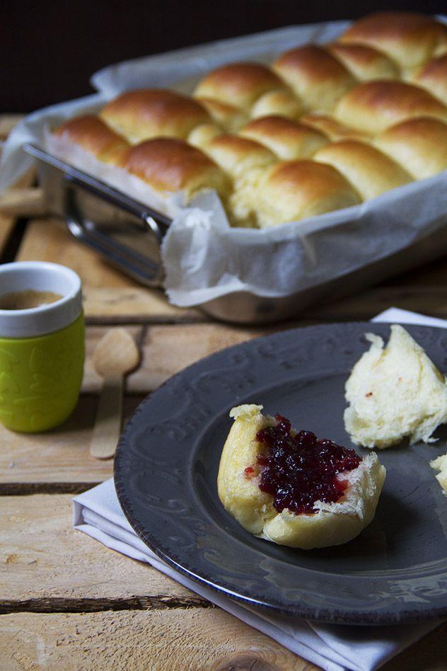 I parker house rolls sono i panini più soffici del mondo. Serviti per colazione o per merenda, accompagnati ad una confettura di frutta, andranno a ruba!