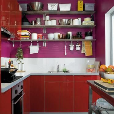 une cuisine petite en rouge et violet une tag re haute cuisine pinterest cuisine violet. Black Bedroom Furniture Sets. Home Design Ideas