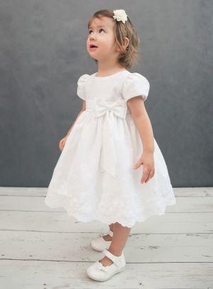 39,99 € - Une jolie robe bébé blanche en coton pour ce modèle LUBA avec un beau noeud sur le devant attaché au niveau de la ceinture. Cette robe de baptême est très craquante avec ses petites manches courtes et sa large broderie effectuée en bas du jupon.[...]