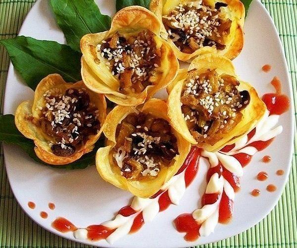 Фото к рецепту: Картофельные цветочки-корзиночки с начинкой