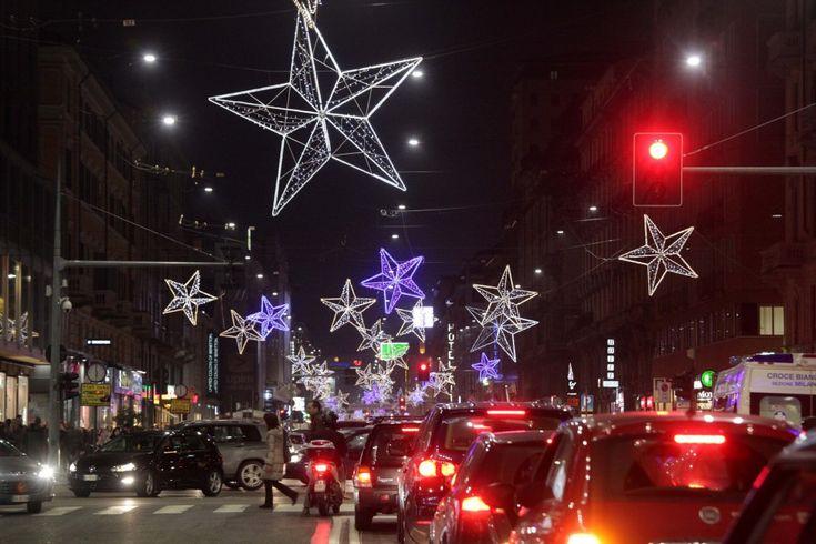 Nel primo sabato di shopping natalizio, una grande folla ha riempito corso Buenos Aires a Milano, dove a sera si sono accese le prime luminarie in città. Grandi stelle luminose che accendono per tutta la via l'atmosfera delle feste nonostante la crisi e, per molti, la necessità di ridu