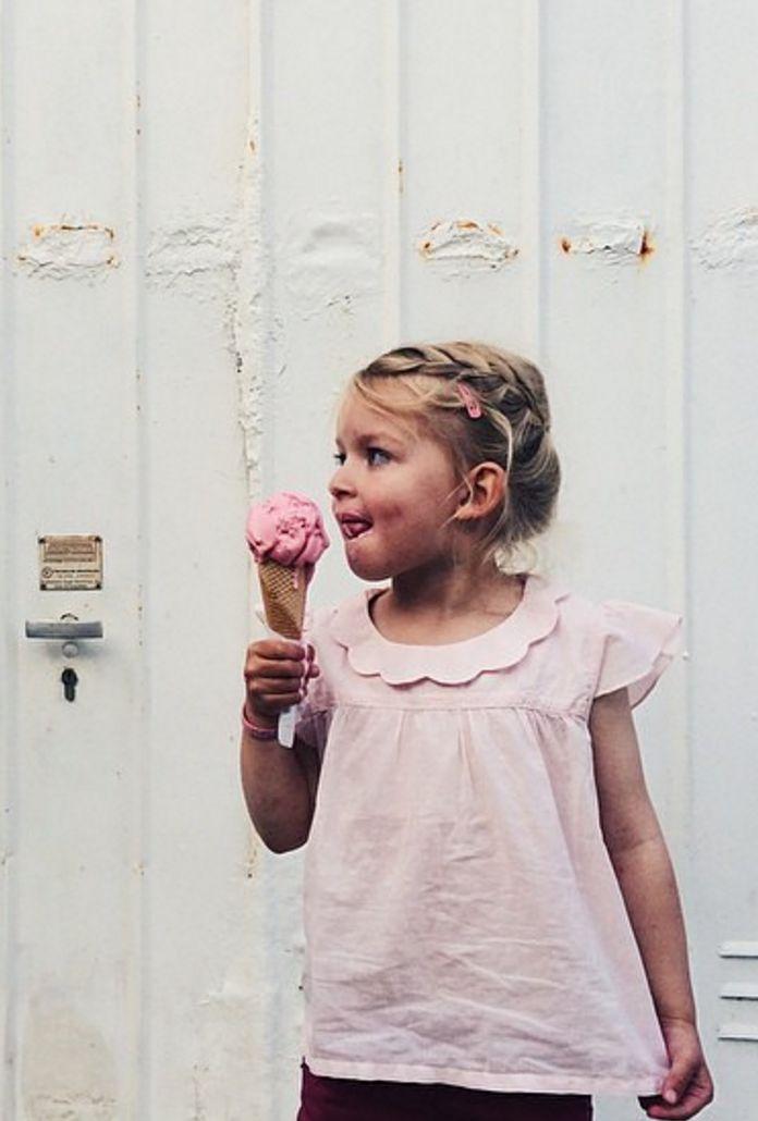 Une très jolie chemise col Claudine rose dragée, parfaite pour l'été et la rentrée.