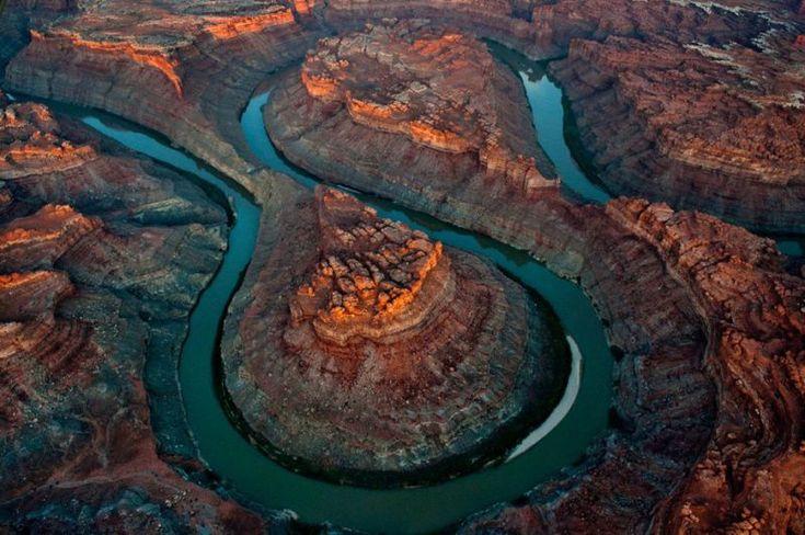Когда впервые видишь это фото, кажется, что это дорога, которая пролегает через вершину горной цепи. На самом деле, это река Колорадо, которую из-за цвета и тени наши глаза воспринимают иначе.