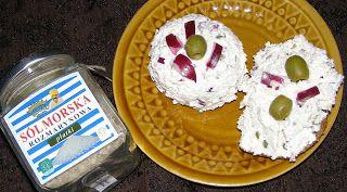 W Mojej Kuchni Lubię.. : twarożek z oliwkami i solą rozmarynową w płatkach....