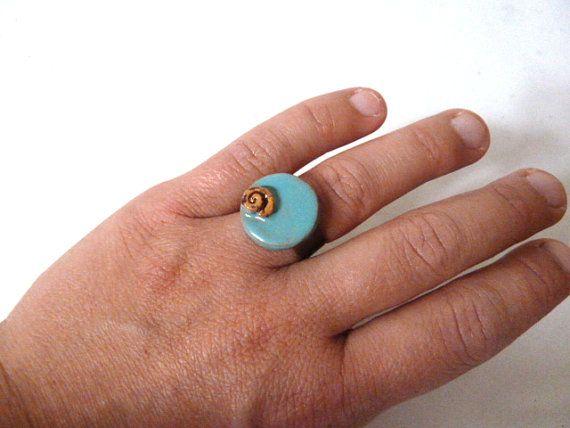 Anello in metallo regolabile al dito con ceramica di LabLiu, €10.00