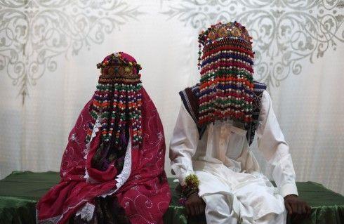 Cô dâu tại Pakistan chọn những bộ váy cưới màu đỏ đậm, hồng hoặc tím. Cả cô dâu và chú rể đầu đều đội những vòng mũ được làm từ chuỗi hạt và ruy băng.