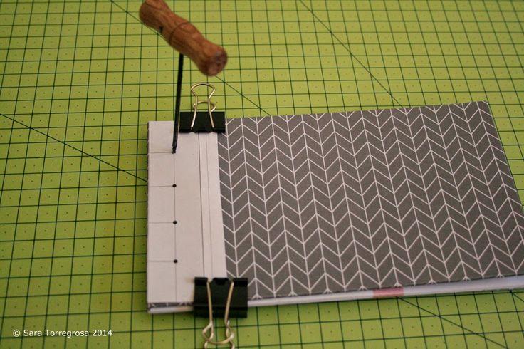 Os muestro uno de mis últimos proyectos realizados: un cuaderno con cosido japonés .     Podéis encontrar las  instrucciones detalladas aq...
