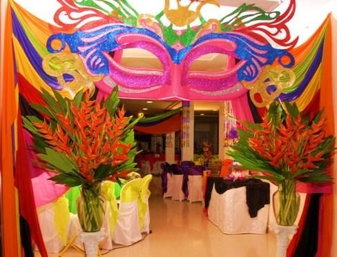 Decoración para la entrada del salón, con tema de Carnaval.