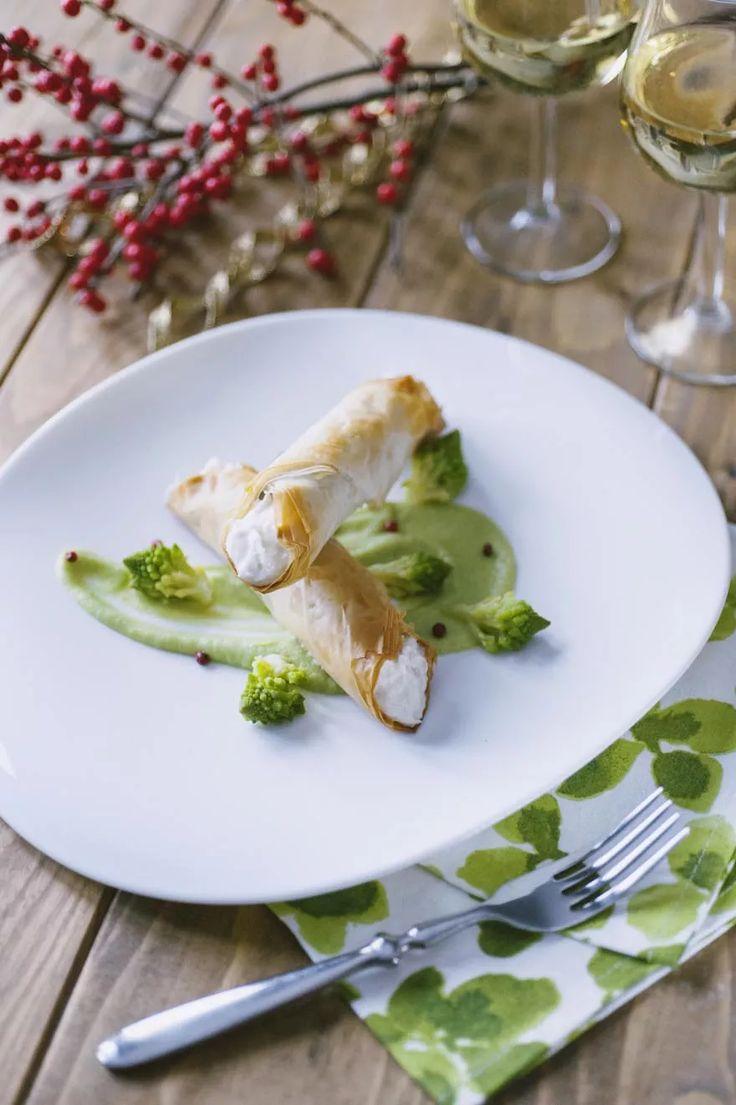 Cannoli croccanti ripieni di baccalà mantecato e caprino, accompagnati da una vellutata di broccoli