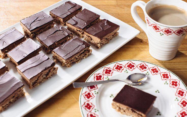 Dette er en av de aller mest populære kakene på Det søte liv! Hver jul er det tusenvis som klikker seg inn på oppskriften og kommenterer hvor god den er. Kombinasjonen mandelbunn, lys sjokoladekrem og mørk sjokoladeglasur er noe de fleste elsker. Det geniale med denne konfektkaken er at den er så lettvint å lage og at den rekker til mange. Kaken er holdbar i kjøleskapet og kan også fryses.     Tips 1: Mandelbunnen må være helt kald når du smører på sjokoladekremen, ellers vil den smelte inn…