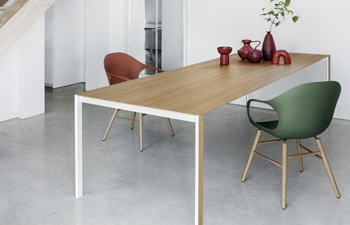 La sedia Elephant, creata da Eva Paster e Michael Geldmacher per Kristalia, ha una scocca in poliuretano e gambe in legno massello di faggio.