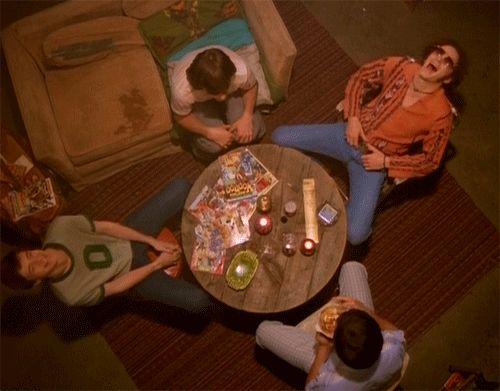 Seis personagens que vivem juntos e se reúnem a maioria do tempo na casa de um deles ou em algum estabelecimento com comida e bebida. Po...