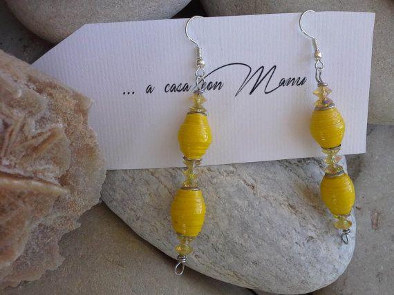 Orecchini gialli con perle di carta  eco gioielli  di Acasaconmanu