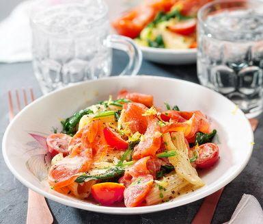 Laxpasta gjord på kallrökt lax. Den gräddiga såsen får smak av buljong och citron, en skvätt vitt vin blir pricken över i:et. Med tomater, gräslök och färsk spenat i pastan blir det härligt fräscht. Smaklig måltid!