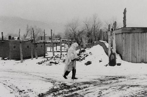 Bernard Plossu, Taos pueblo sous la neige, Nouveau Mexique, 1978
