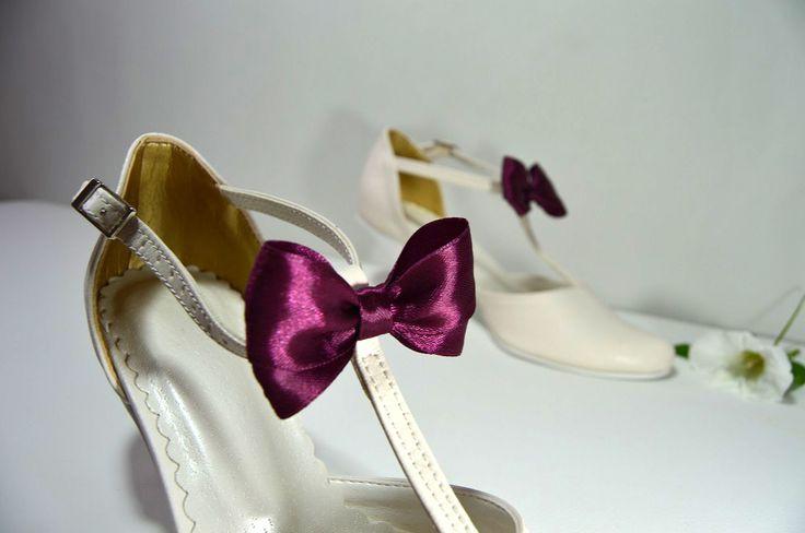 Svadobné topánky ivory so zdobením mašličkou vo vínovej farbe, 6 cm opatok, vel. 34, cena vo výpredaji 45,- Eur