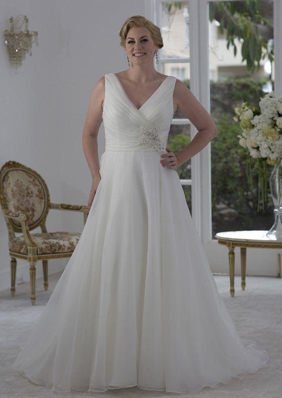 La sposa con la taglie più, abito di Symphony of Venus disponibile presso www.momentisposi.it #fullfigure #sposacurvy #taglieforte