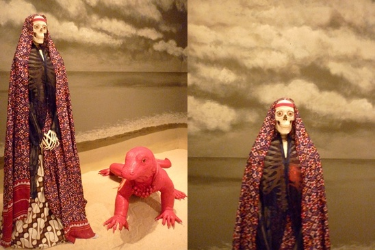 "Berjudul ""The Wild and The Beast"" karya Sri Astari, pengambaran bahwa dari setiap diri manusia terdapat kekuatan naluri alamiah, semangat kekuatan dan indera mengenali yg jernih, perempuan liar yang mewakili naluri alamiah. Sedangkan komodo merupakan pengambaran hewan liar dan langka yang menapaki pantai-pantai kehidupan."