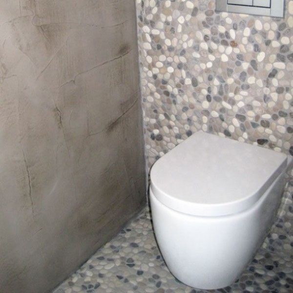 25 beste idee n over kiezel vloer op pinterest kiezel tegels stenen badkamer en grote douche - Deco toilet grijs en wit ...