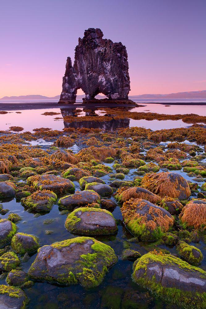 Esta formação rochosa no norte da Islândia foi erodida pelo vento e pela água por anos. A rocha tem cerca de 30 metros de altura e sozinha em uma baía. Quando a maré sai da areia preta revela padrões agradáveis e rochas cobertas de musgo verde brilhante.