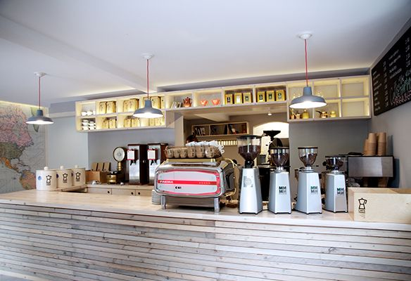 Eigentlich ist die griechische Insel Korfu ja hauptsächlich für Sonne, Strand und Kumquats bekannt. Seit Mitte 2016 wird auf Sissi's Lieblingsinsel aber auch bester Kaffee geröstet und zu leckeren Kaffeespezialitäten verarbeitet....