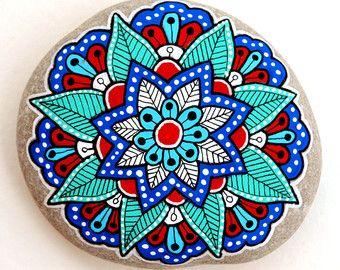 Flor de Mandala de piedra pintada mano por ISassiDellAdriatico