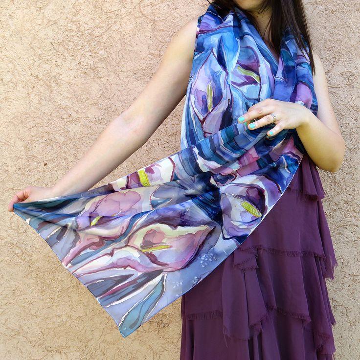 Floral foulard de soie peint à la main. Fleurs abstraites dans les couleurs de bleu, lilas, pourpre, violet, rose, : Echarpe, foulard, cravate par galatate-echarpe-en-soie