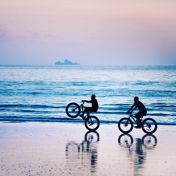 BEACH DRIVE Sunset on koh lanta Thailand. Out there in the distance one can see phiphi island. #beachlife #thailand #bicycles #adventure #bikeriding #strand #strandleben #fahrräder #sonnenuntergang #chrisherzog