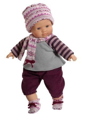 Pop Manu van Paola Reina draagt een warm pakje met muts en sjaal. Ze is samen met andere poppen van het merk Paola Reina te koop bij happy2Play.nl