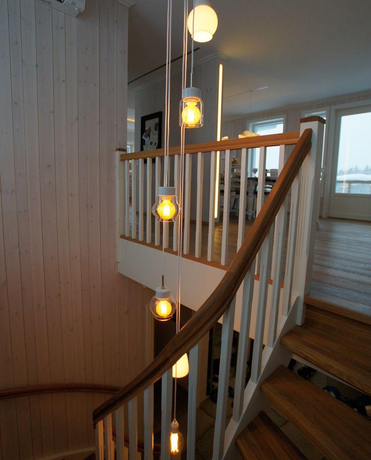 Pendelen Klack har fått sitt navn fra Ivö Klack, leirbruddet på Ivön som forsynte Ifö-fabrikken med kaolinleire helt frem til femtitallet. En lampe i sin enkleste form, med rene, rette linjer og en vakkert glasert overflate. Bytt lyskilde—og så enkelt har du endret karakteren på hele lampen!