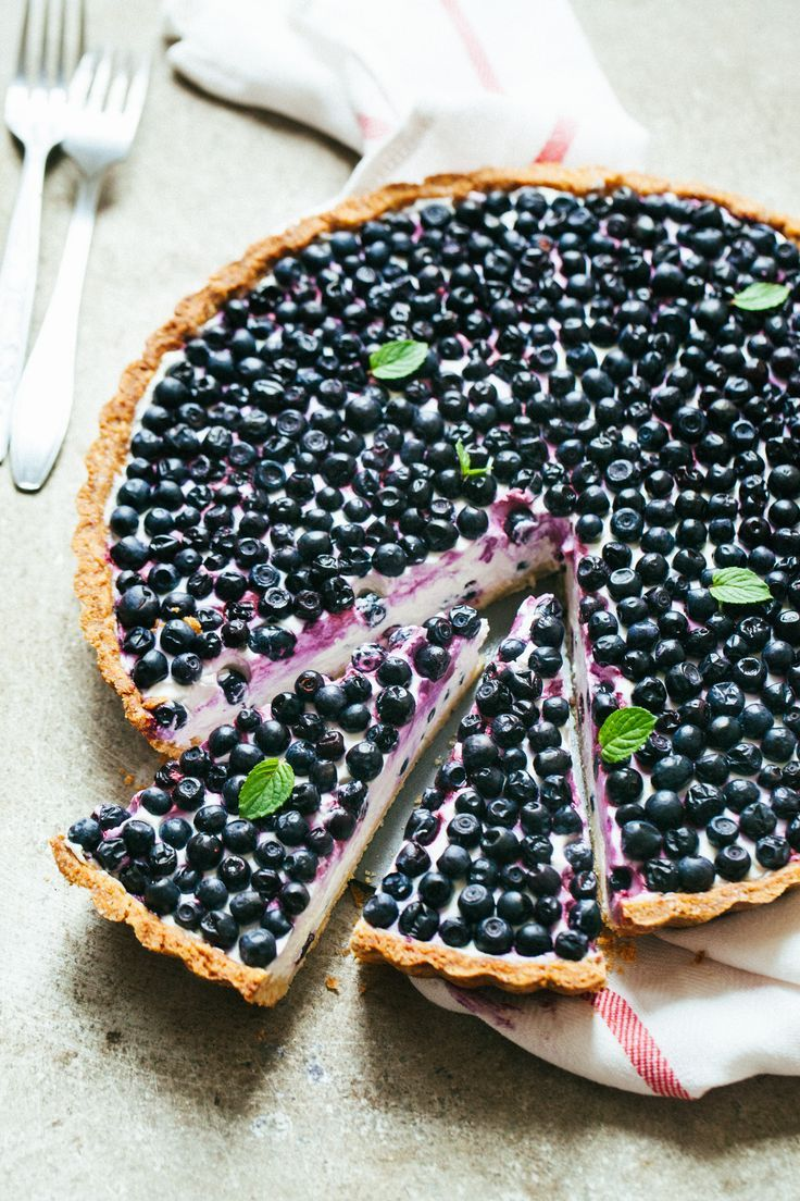 Extremely delicious blueberry tart with mascarpone cheese, greek yogurt and vanilla + this homemade tart shells are just the best - easy to make, light and summers | http://jernejkitchen.com