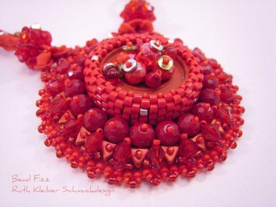Roter Perlenstickerei Statement Anhänger runder von BeadFizz