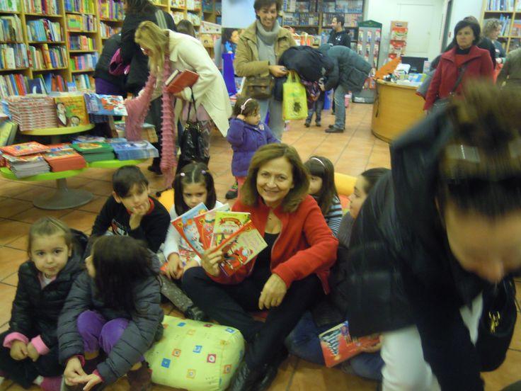 Η Ρένα Ρώσση Ζαΐρη παρουσίασε τα Χριστουγεννιάτικα βιβλία της και έπαιξε με τα παιδάκια στο βιβλιοπωλείο Ευριπίδης στο Χαλάνδρι.