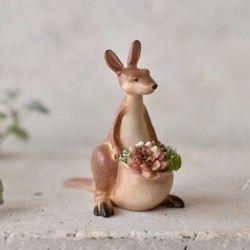 高さ12㎝の小さなカンガルーさんです。お花や緑をお腹の袋に詰め込んで、どこかへ配達中道に迷ったのでしょうか…?なぜか遠い目をしてます…。見る角度によって表情が変わるので面白いと思います。手にした人が色んな想像を膨らませてもらえたら嬉しいです。お腹の袋は、小さなプランターになってます。袋にはドライモスとアーティフィシャルフラワーを入れて発送致します。植え替える際は、乾燥に強い多肉植物等をお薦めします。サイズ耳までの高さ 12㎝底穴があります。 直径5㎜* 本体は『キャスト』と呼ばれるポリウレタン樹脂で出来てます。* 着色はラッカー塗料を使用してます。仕上がりは少しツヤがあります。* ドライモス、アーティフィシャルフラワーはお水は不要です。植え替えが出来るように本体と接着していません。(アーティフィシャルフラワーとドライモスは接着してます)カンガルーさん2016発売